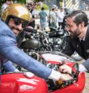 Elegante Herren auf klassischen Motorrädern retten Leben